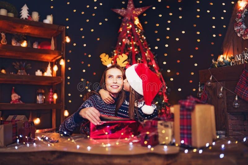 En lyckligt familjmoder och barn packar julgåvor royaltyfri fotografi