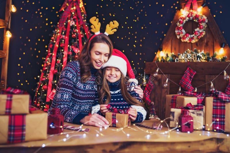 En lyckligt familjmoder och barn packar julgåvor royaltyfria bilder