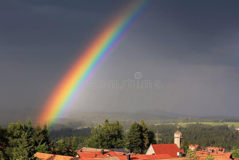 En lysande regnbåge arkivfoto