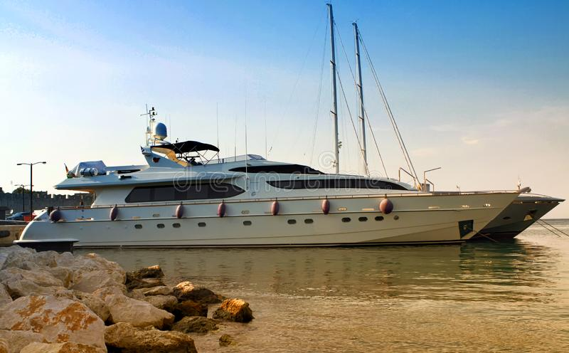 En lyxig privat motoryacht royaltyfri foto