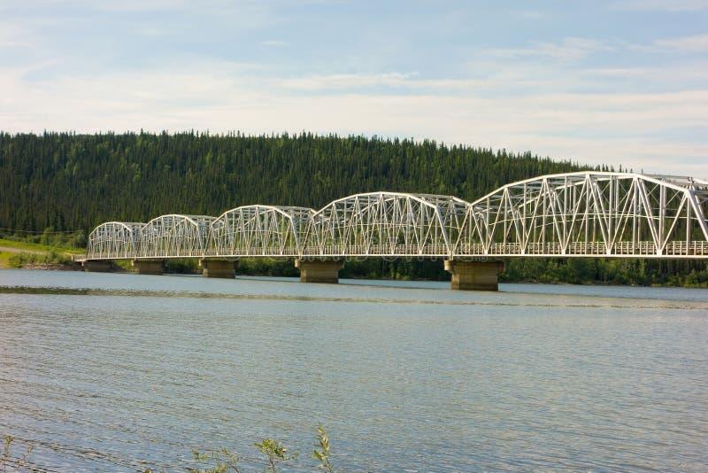 En mäktig bro längs den alaska huvudvägen arkivfoton