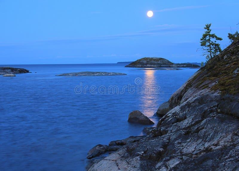 En månbelyst natt på Lake Ladoga royaltyfri foto