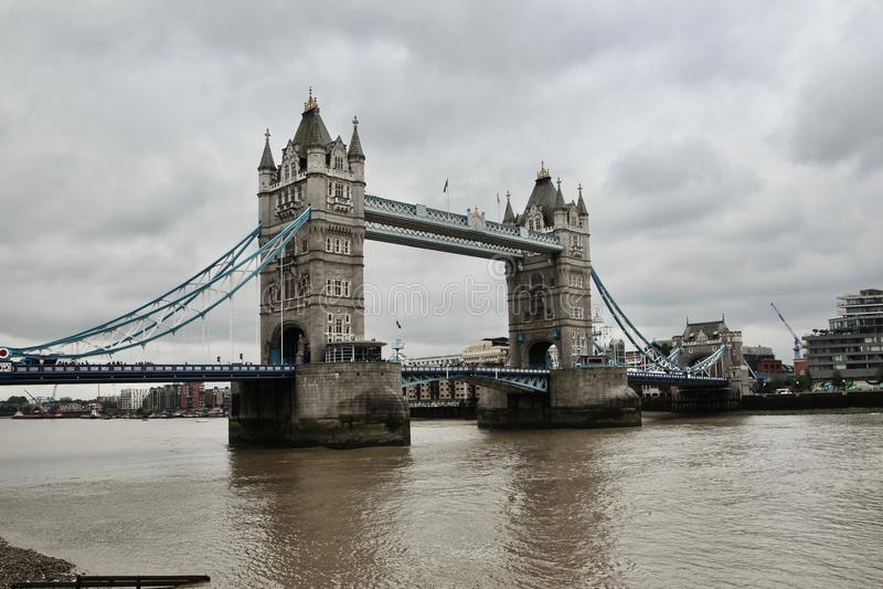 En mörk London bro arkivfoton