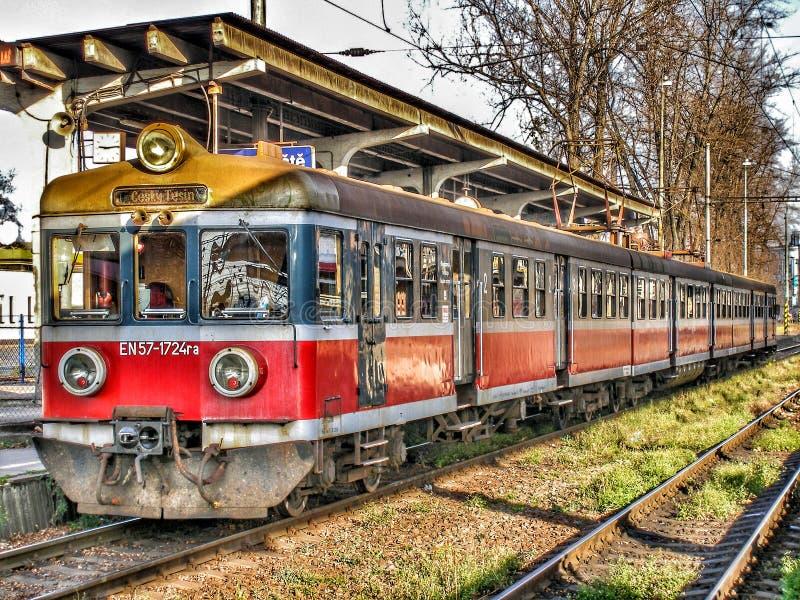 En57 múltiple eléctrico viejo actuó por Przewozy Regionalne en la estación de Cesky Tesin en Czechia imágenes de archivo libres de regalías