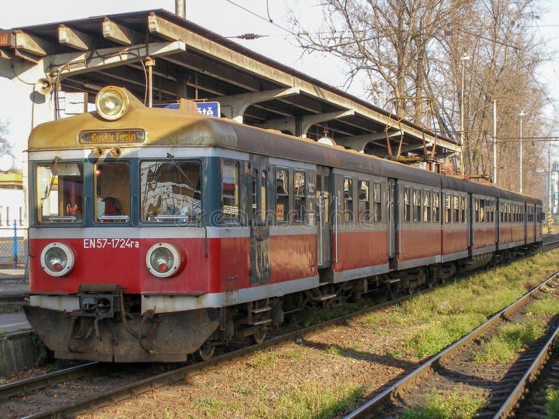 En57 múltiple eléctrico viejo actuó por Przewozy Regionalne en la estación de Cesky Tesin en Czechia imagen de archivo libre de regalías