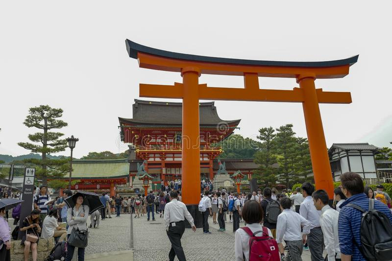 En maingate av relikskrin Fushimi Inari Taisha ?r huvudrelikskrin av kamien Inari som lokaliseras i Fushimi-ku, Kyoto, Japan royaltyfri bild