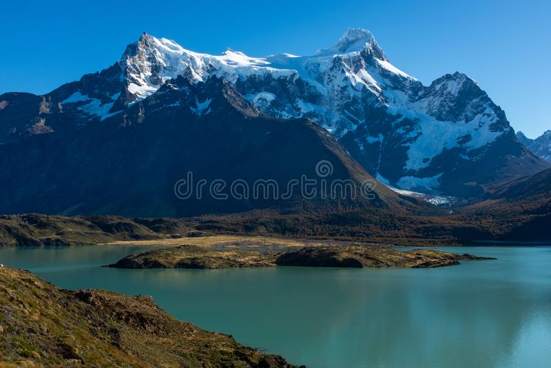 En majestätisk sjö i Patagonia med bergskedja i bakgrunden, Torres del Paine, nationalpark, Chile arkivfoton