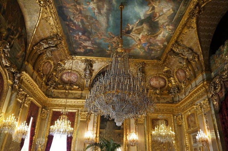 En majest?tisk ljuskrona och ett m?lat tak royaltyfria foton