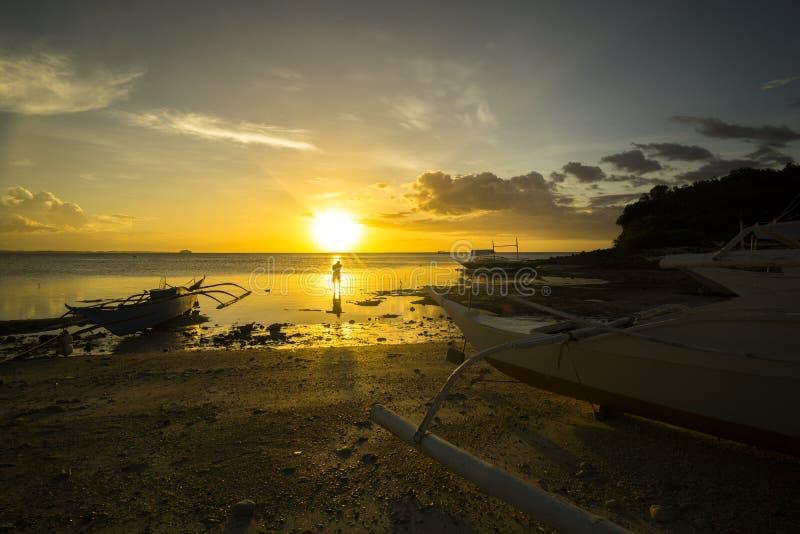 En Malapascua d'atarceder d'Al de Silueta Silhouette au coucher du soleil dans Malapascua image libre de droits