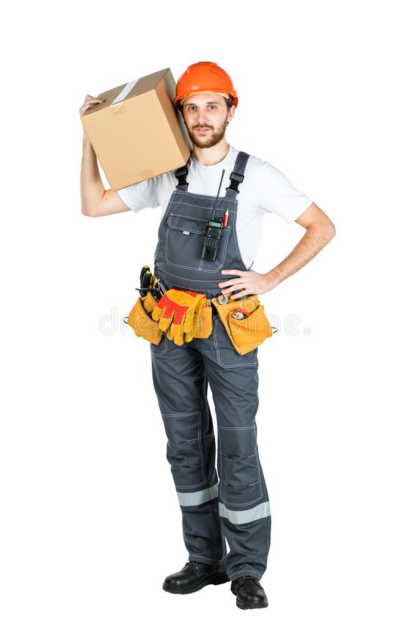 En man är en byggmästare med en kartong i hans händer Isolerad nolla arkivbilder