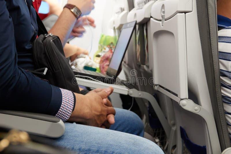 En man är nervös under flyget korsade händer arkivbild