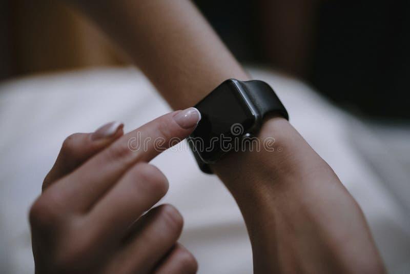En man använder upp en smart klocka i svart slut royaltyfri fotografi