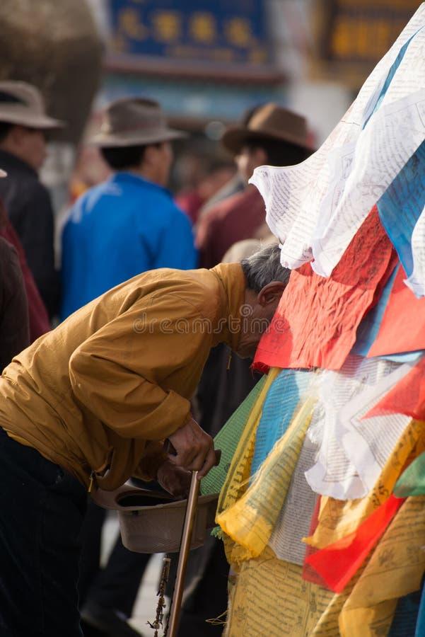 En man ber för välsigna och godameriter arkivbild
