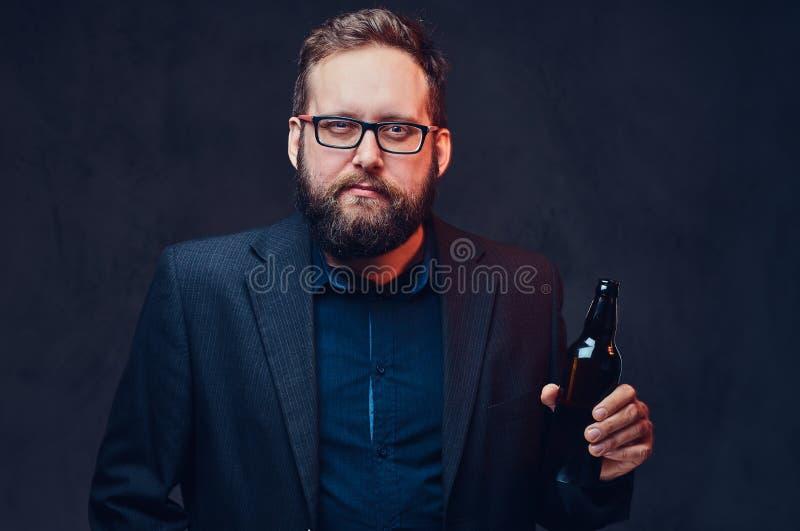 En man dricker hantverköl royaltyfri foto