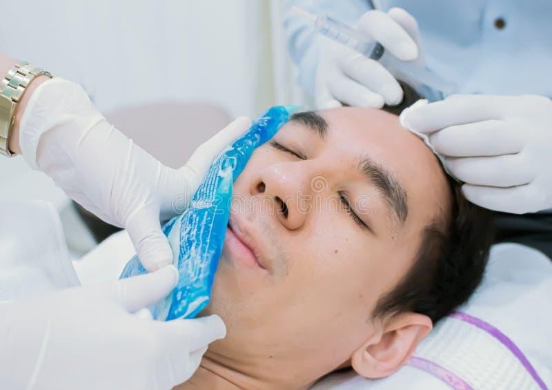En man fick förkylning för att stelna för kosmetisk injektion arkivfoton