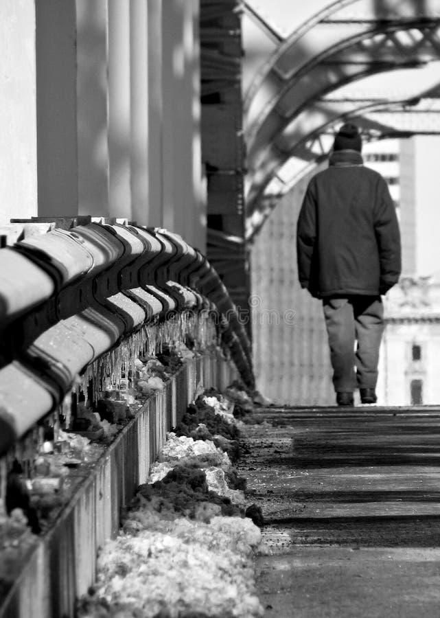 """En man går över Detroitâ€en """"den överlägsna bron i Cleveland, Ohio - CLEVELAND arkivbilder"""