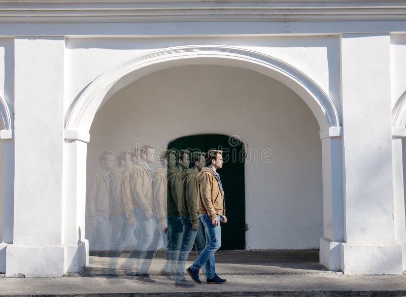 En man går royaltyfria foton