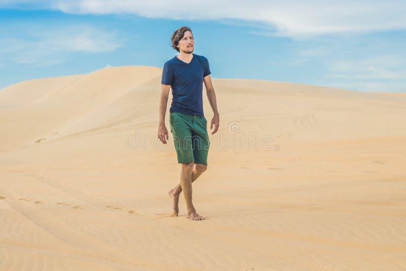En man går i öknen Vietnam, Mui Ne arkivbilder