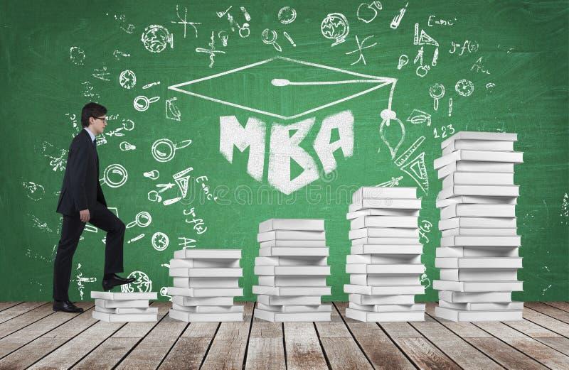 En man går upp att använda trappa som göras av vita böcker för att nå avläggande av examenhatten Det skriftliga ordet MBA dras på stock illustrationer