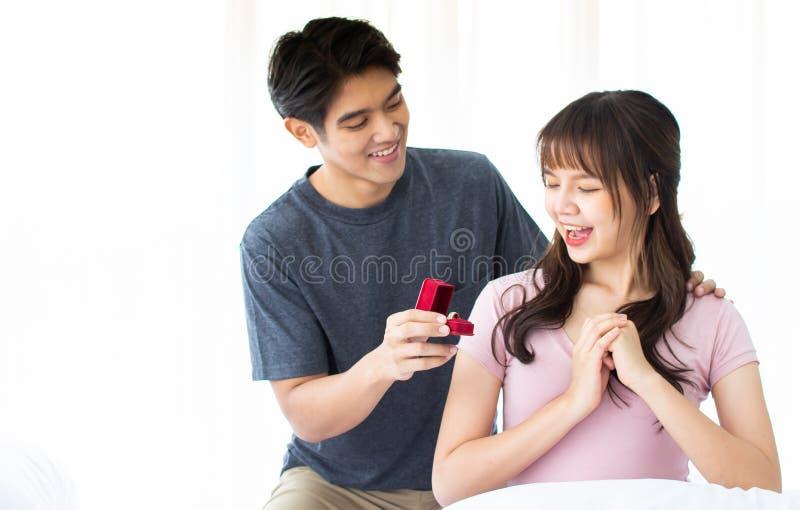 En man ger cirkeln till hans flickvän royaltyfri foto