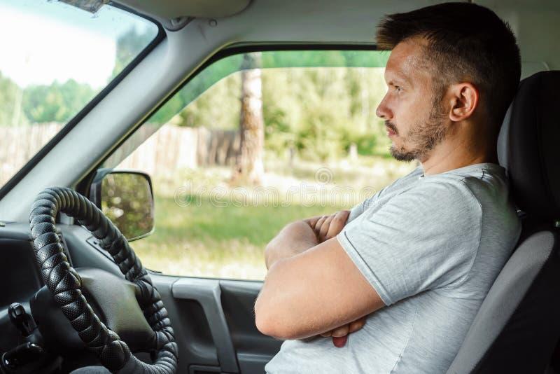 En man i en autonom bil Själv-körning Begreppsautopilot, automatisk teknik, konstgjord intelligens arkivfoton