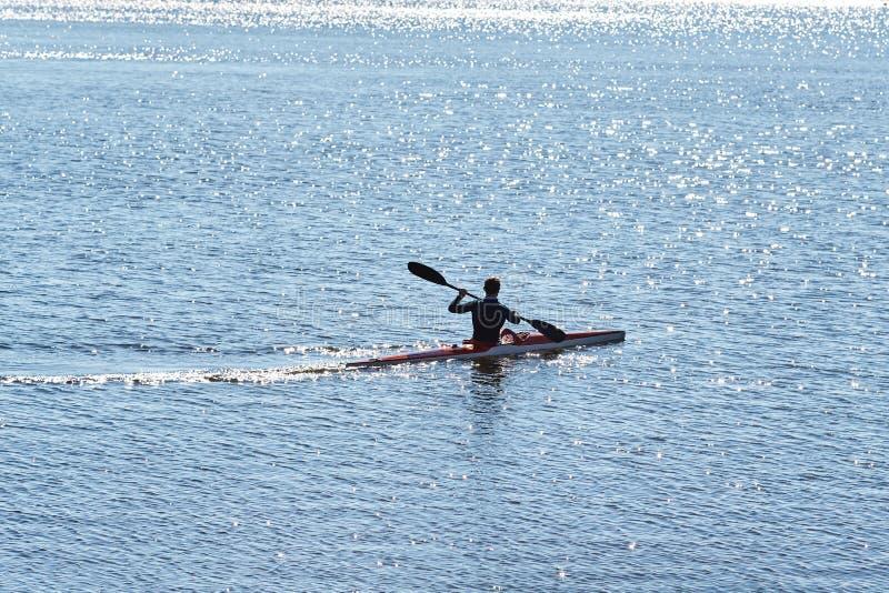 En man i en dyka dräkt på flöten för en kajak royaltyfri bild