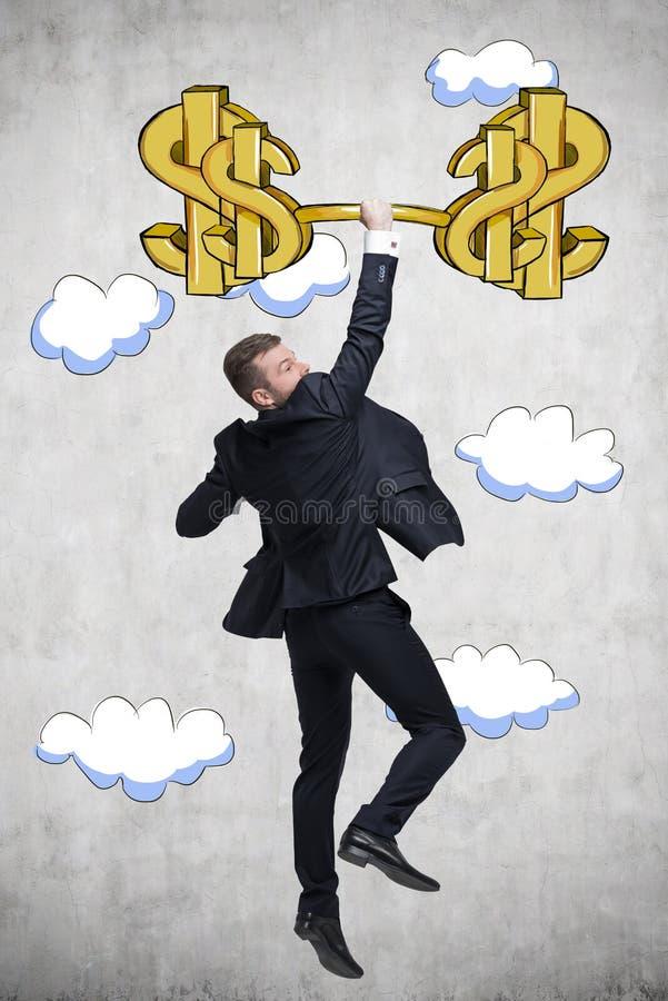 En man i en dräkt hoppar med dollarstången royaltyfri foto