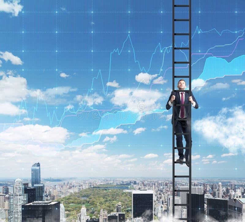 En man i en stege klättrar upp till framgången i hans karriär i finans arkivfoto