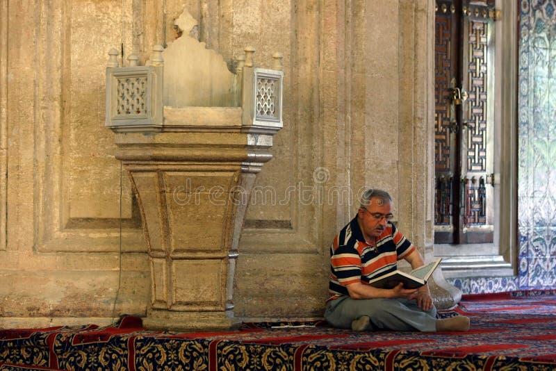 En man inom Selimiye Camii arkivfoton