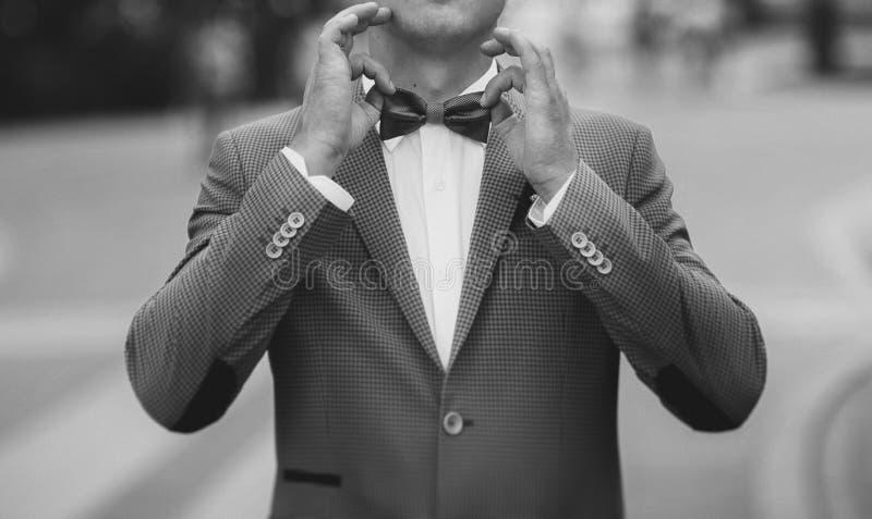 En man justerar hans bowtie royaltyfri foto