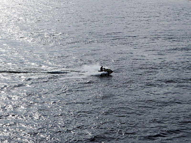 En man kör en aquabike royaltyfria foton
