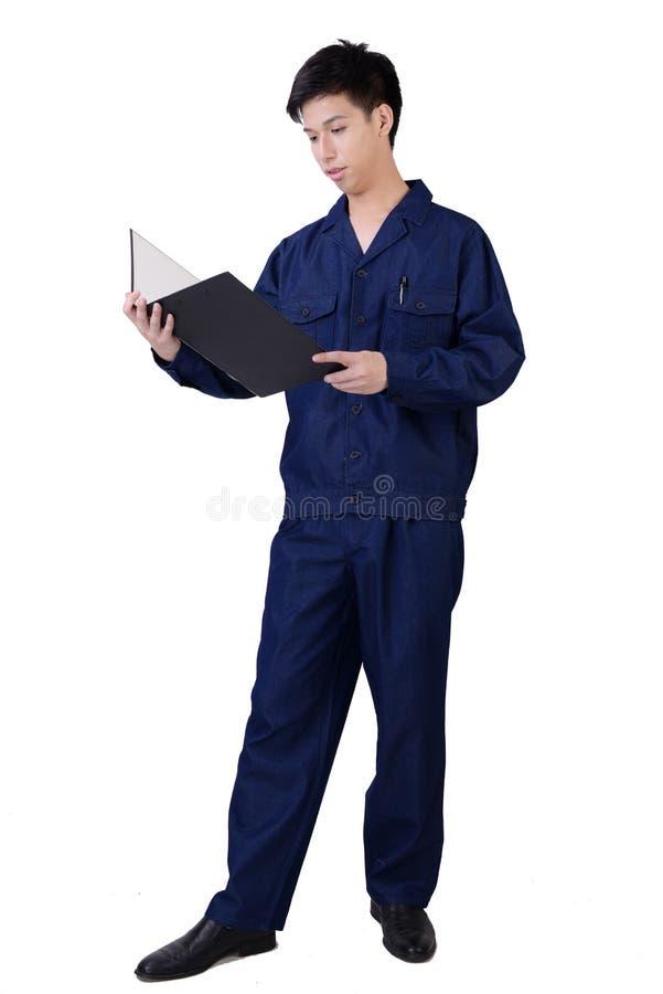En man kontrollerar hans arbetssedel fotografering för bildbyråer