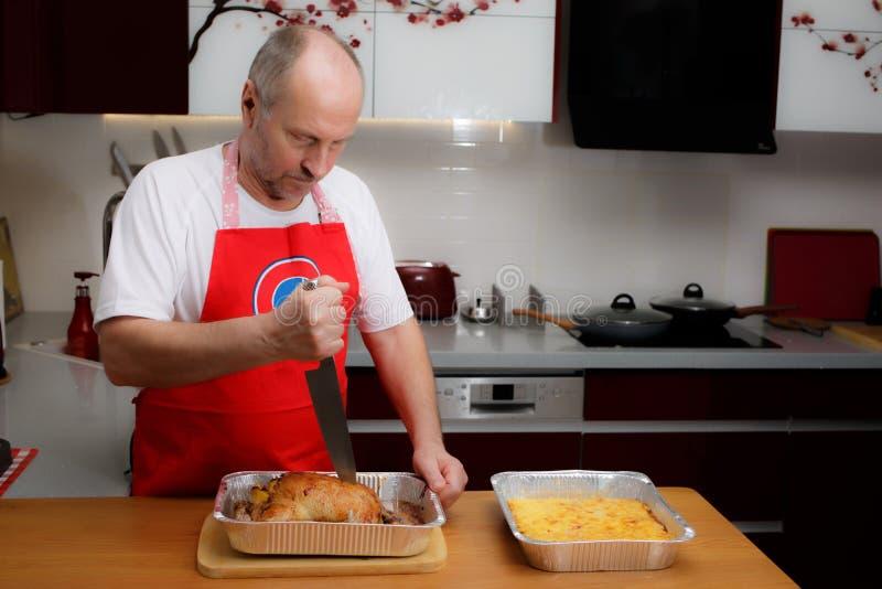 En man lagar mat i köket royaltyfri bild