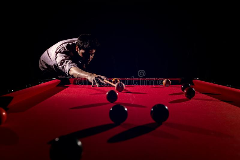 En man med ett skägg spelar en stor billiard arkivfoton