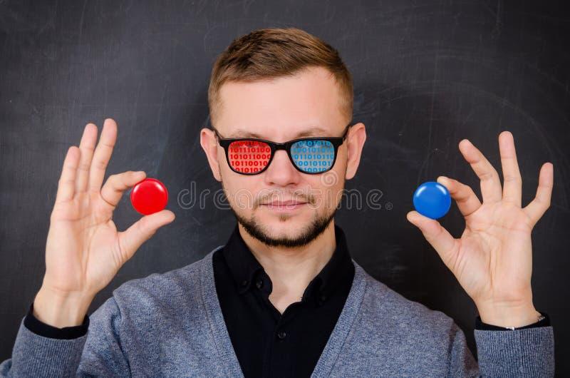 En man med exponeringsglas med en binär kod på exponeringsglaset erbjuder till choen arkivbilder