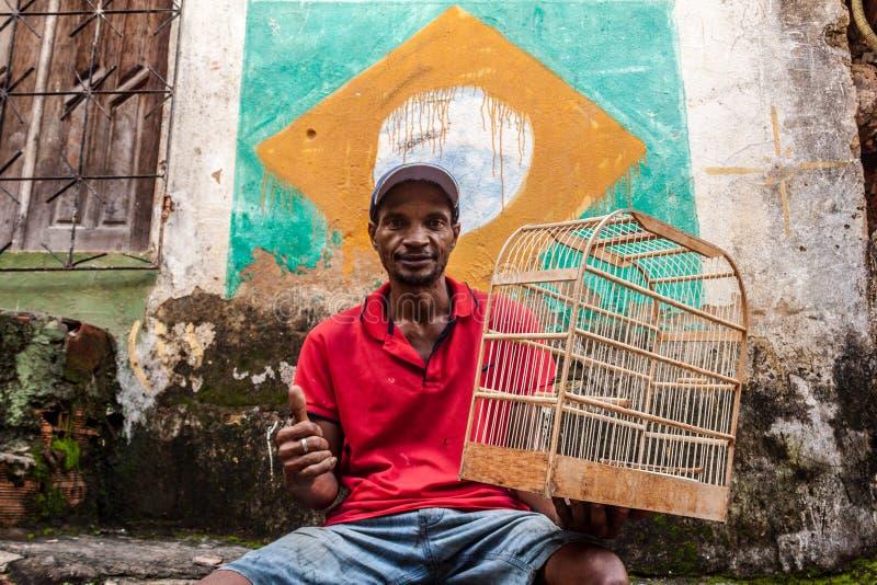 en man med en fågel royaltyfri bild