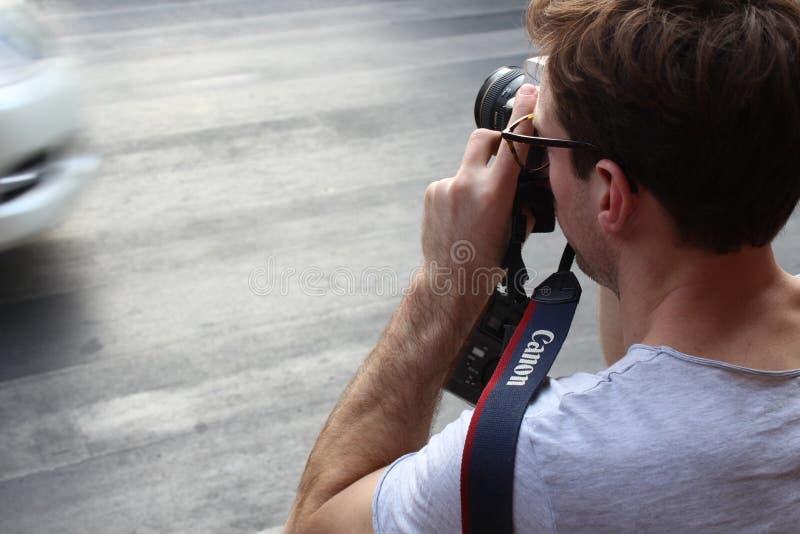 En man med hans kamera royaltyfria foton