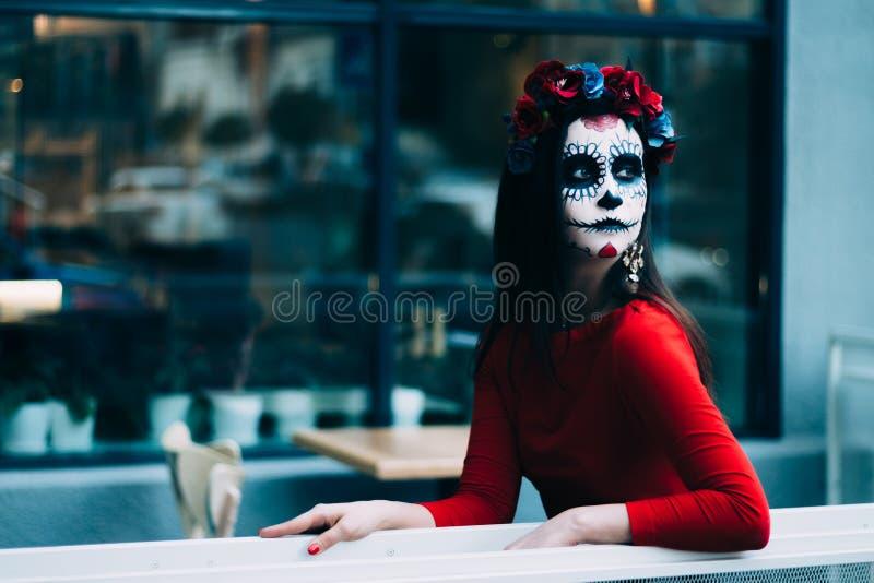En man med en målad framsida av ett skelett, en död levande död, i staden under dagen anda för dag allra, dag av dödaen, hallowee fotografering för bildbyråer