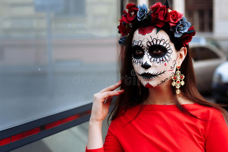 En man med en målad framsida av ett skelett, en död levande död, i staden under dagen anda för dag allra, dag av dödaen, hallowee royaltyfria bilder