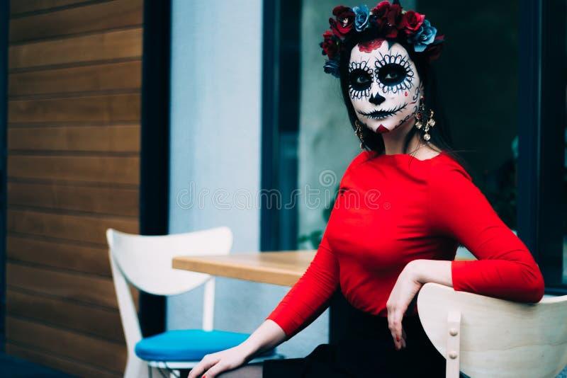 En man med en målad framsida av ett skelett, en död levande död, i staden under dagen anda för dag allra, dag av dödaen, hallowee royaltyfri fotografi