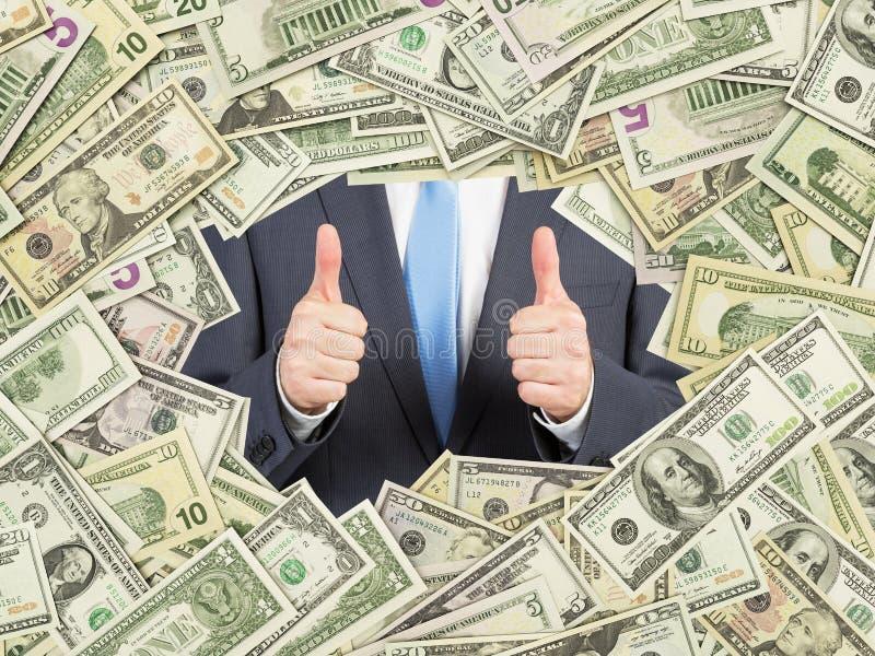 En man med tummar upp inom ramen för US dollarräkningar All nominal fakturerar båda sidor royaltyfria foton