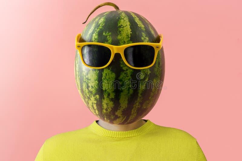 En man med en vattenmelon i stället för huvudet royaltyfria foton