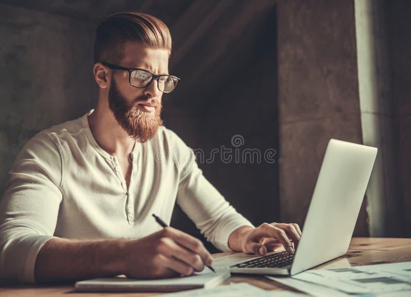 En man, medan arbeta i ett kontor royaltyfria bilder