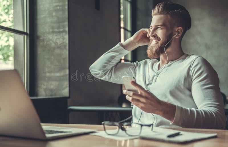 En man, medan arbeta i ett kontor royaltyfri bild