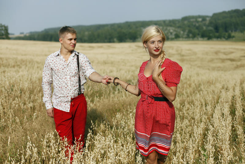 En man och en kvinna i ett fält royaltyfria foton