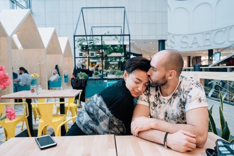 En man och en kvinna sitter i ett kafé arkivfoton