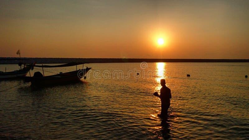 En man och en soluppgång fotografering för bildbyråer