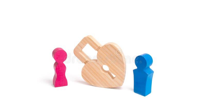 En man och en kvinna står nära låset i formen av en hjärta Begreppet av förälskelse som förbjudas förälskelse Hemliga lust och kä arkivfoton
