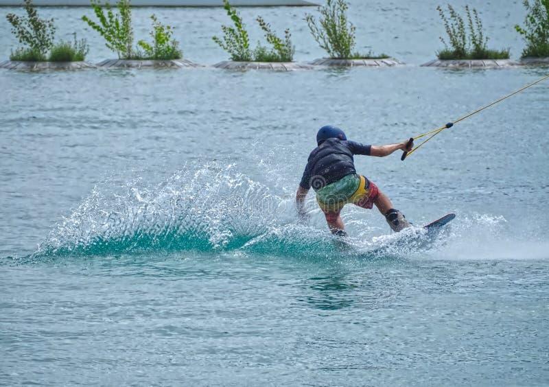 En man på hans bräde som wakeboarding royaltyfria foton