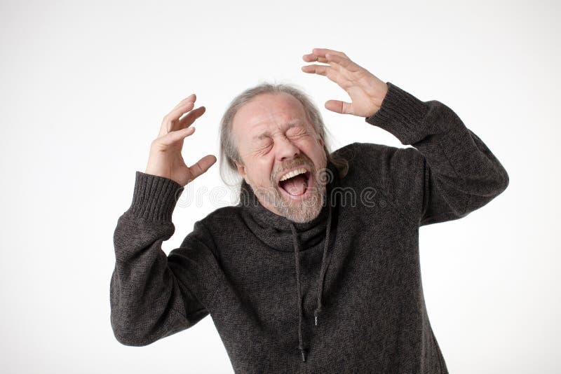 En man på en vit bakgrund ropar känslomässigt högt arkivfoton